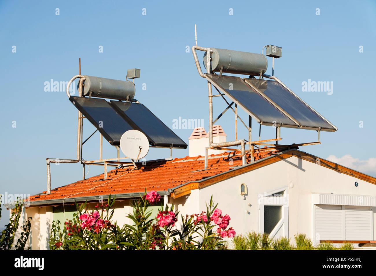 Los calentadores de agua solares en los tejados de las casas en Teos, Turquía. Imagen De Stock