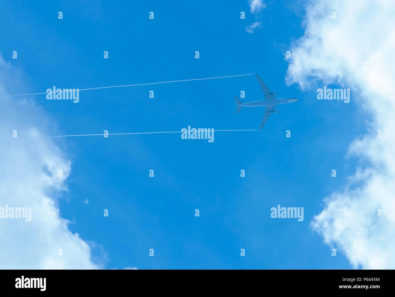 Avión en el cielo azul y las nubes blancas. Avión comercial volando en el cielo azul. Vuelo de viaje para las vacaciones. Transporte aéreo. Foto de stock