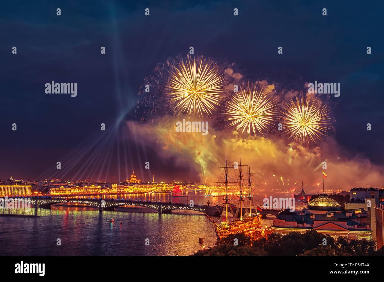 Festivos fuegos artificiales en San Petersburgo. Velas escarlata fiesta en San Petersburgo. Imagen De Stock
