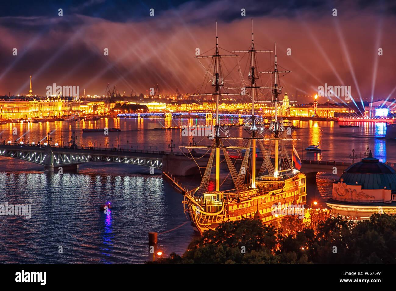 Velas escarlata fiesta en San Petersburgo. Vacaciones tradicionales de egresados. Imagen De Stock