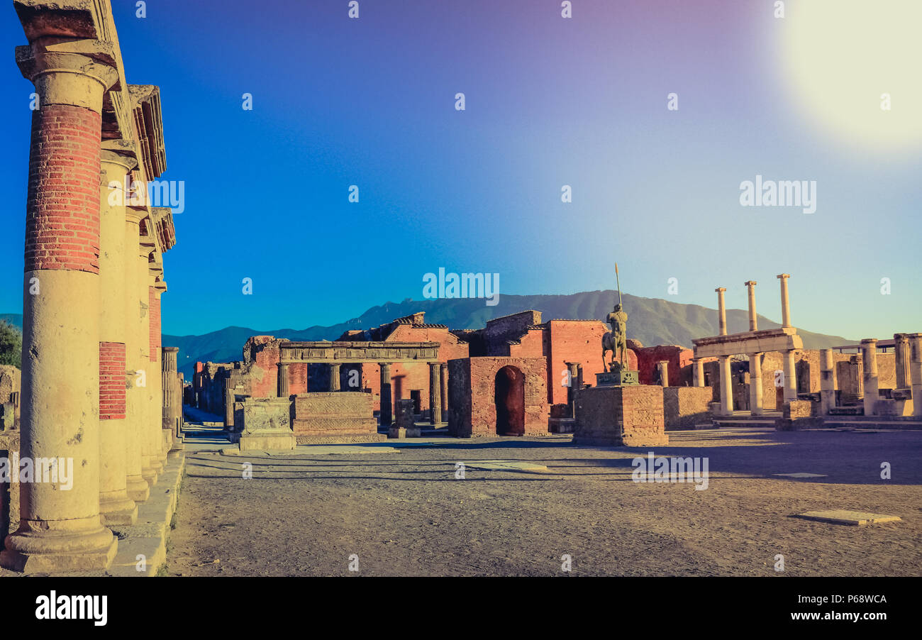 Una ciudad antigua con vistas a las ruinas de Pompeya, destruida por el Vesubio. Italia Foto de stock