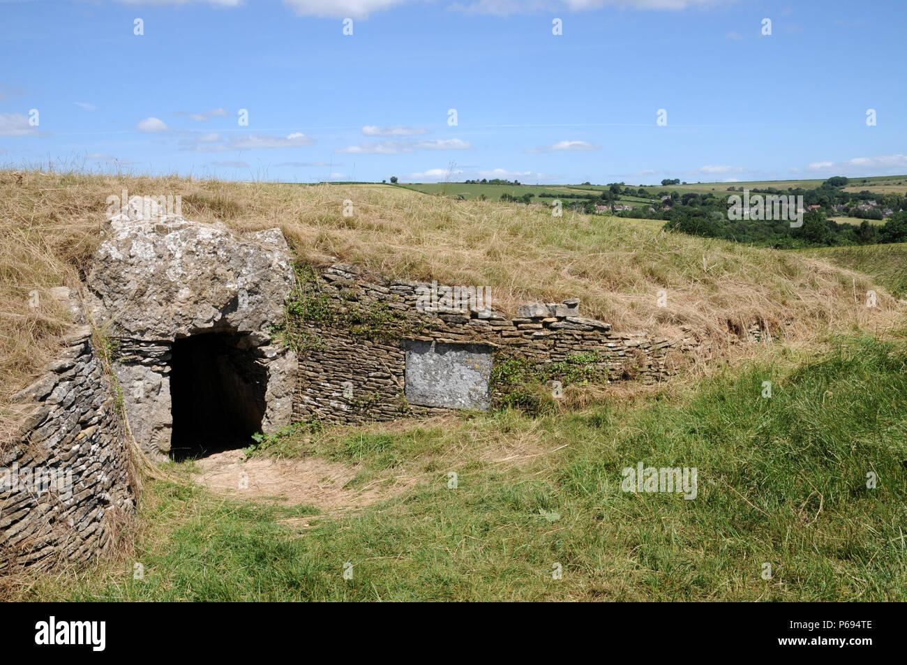 Stoney Littleton Longbarrow, cerca de Bath, en el oeste de Inglaterra, es uno de los mas finos del país accesible septadas tumbas neolíticas. Foto de stock