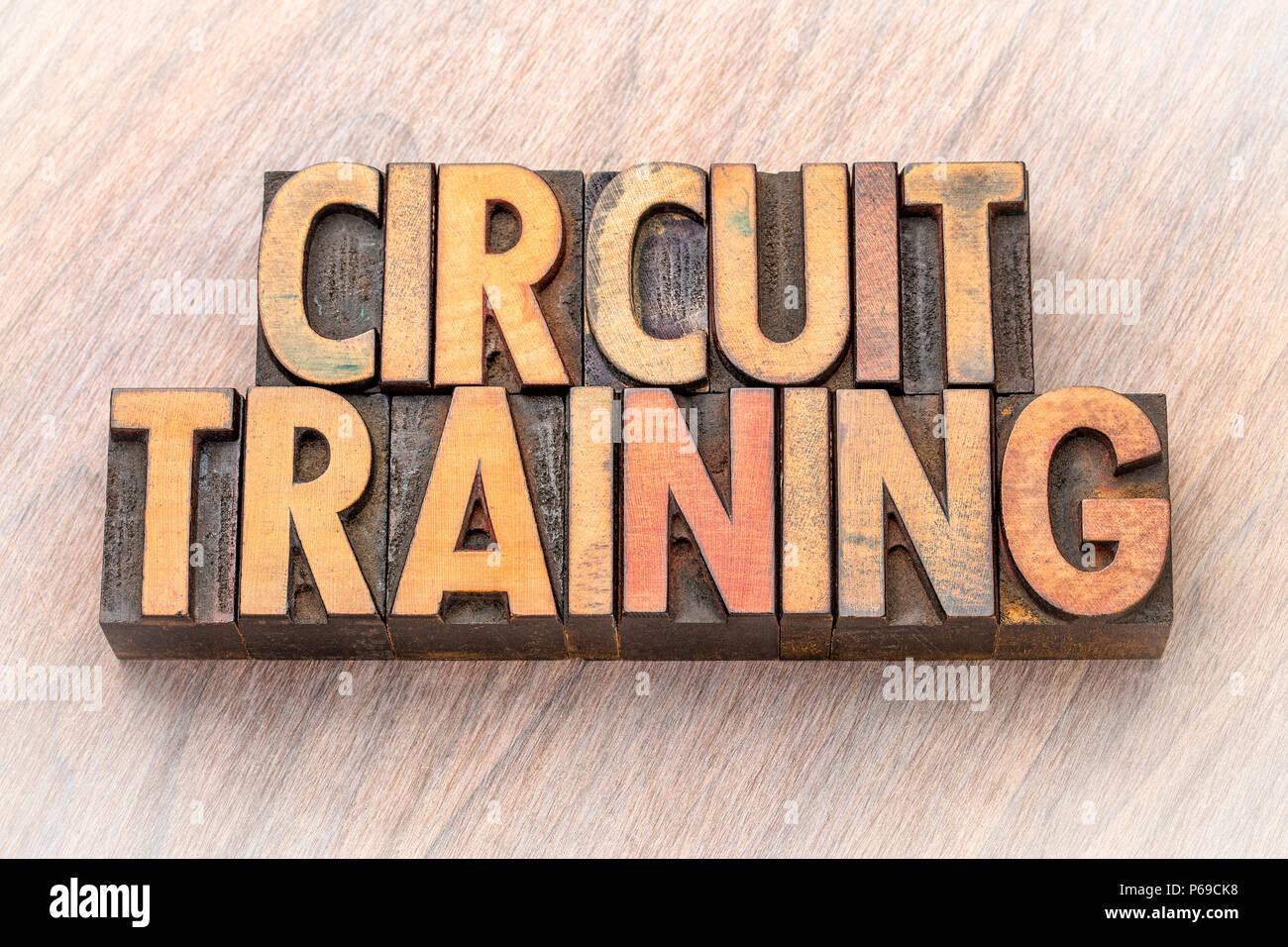 Circuitos de entrenamiento - palabra abstracta en vintage tipografía tipo de madera Imagen De Stock