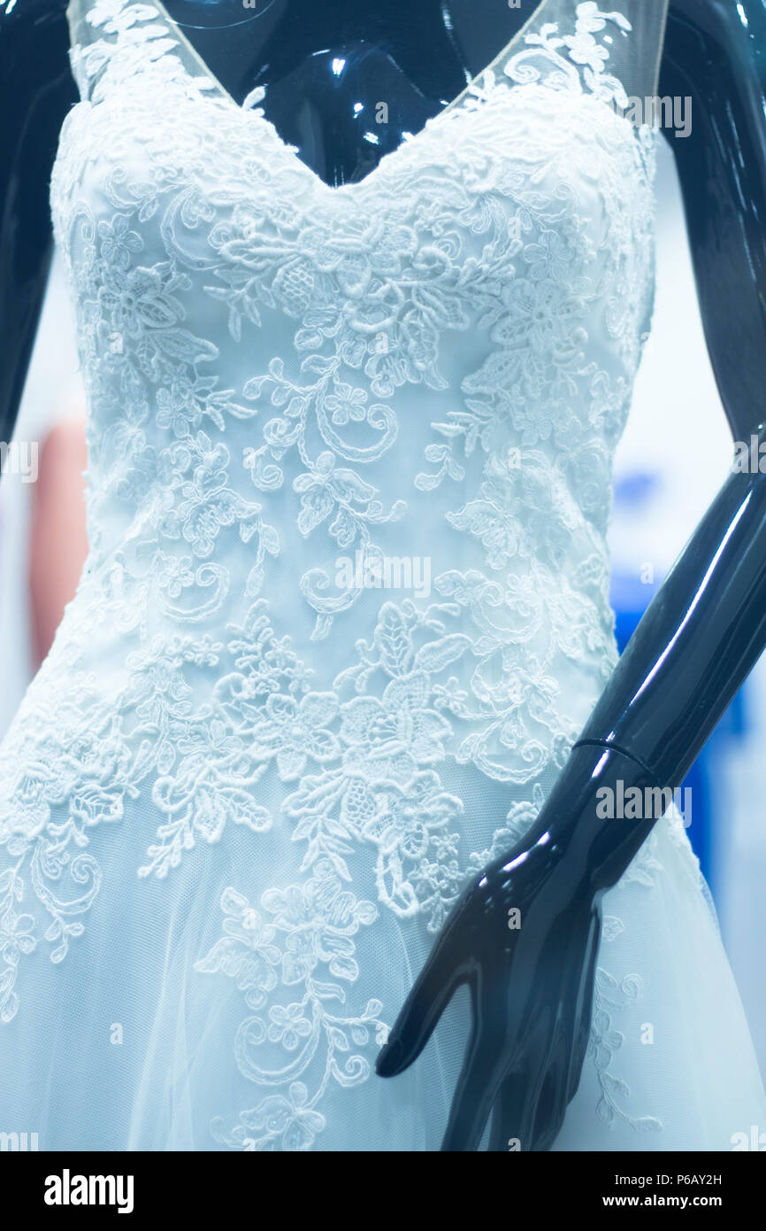 deb6b72247f Tienda nupcial novia ficticia maniqui en tienda departamental con vestido  blanco. Imagen De Stock