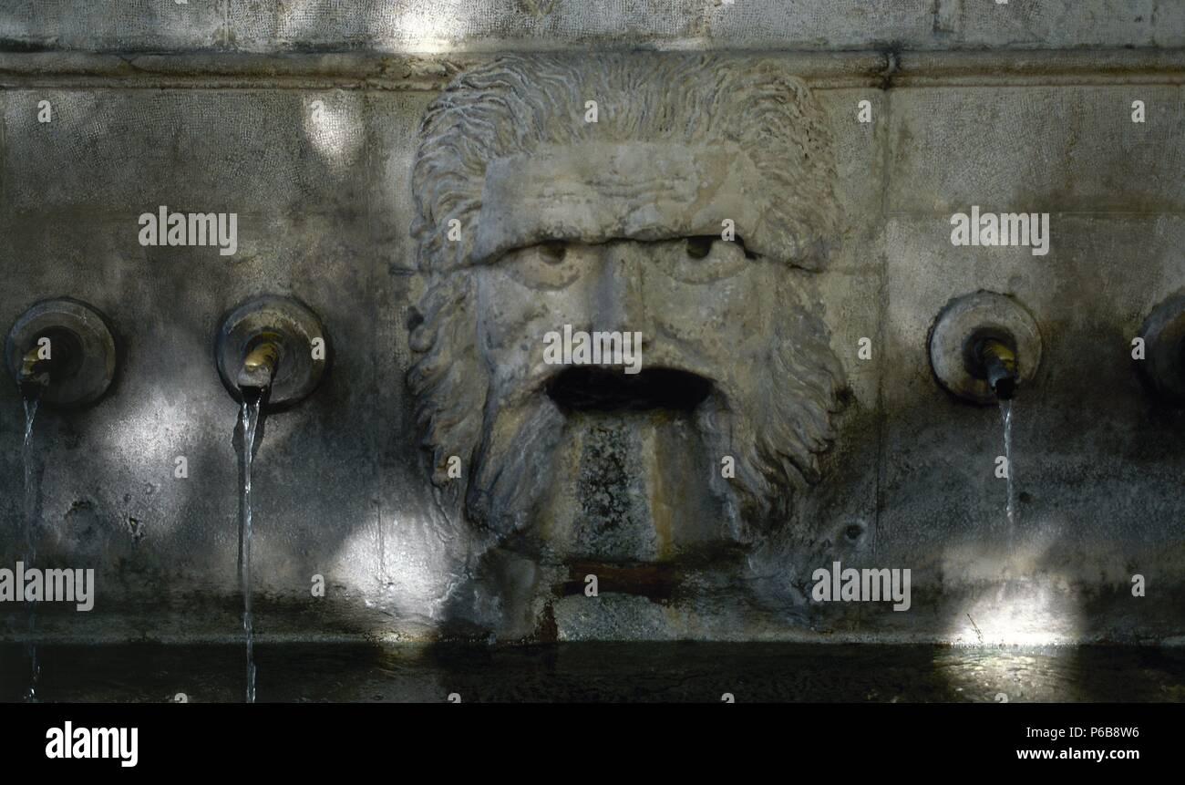 FUENTE REAL DE LOS VEINTICINCO caños. Detalle de los caños de este abrevadero neoclásico construído entre los años 1788 y 1804. (JATIVA XATIVA). La provincia de Valencia. Comunidad Valenciana. España. Foto de stock