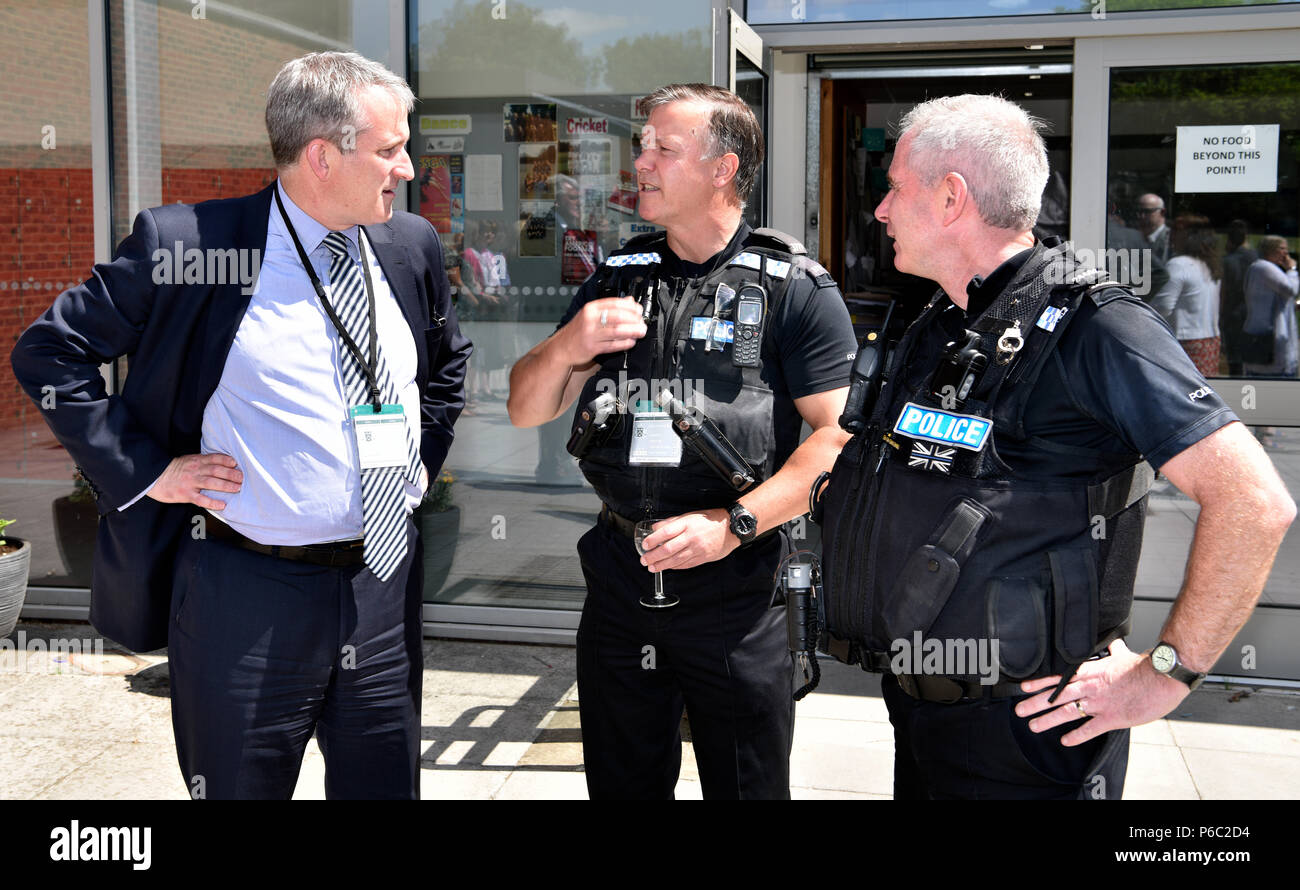 Damian Hinds (izquierda), el Conservador MP para East Hampshire y Secretario de Estado para la Educación, en conversación con la policía durante una visita a un Imagen De Stock