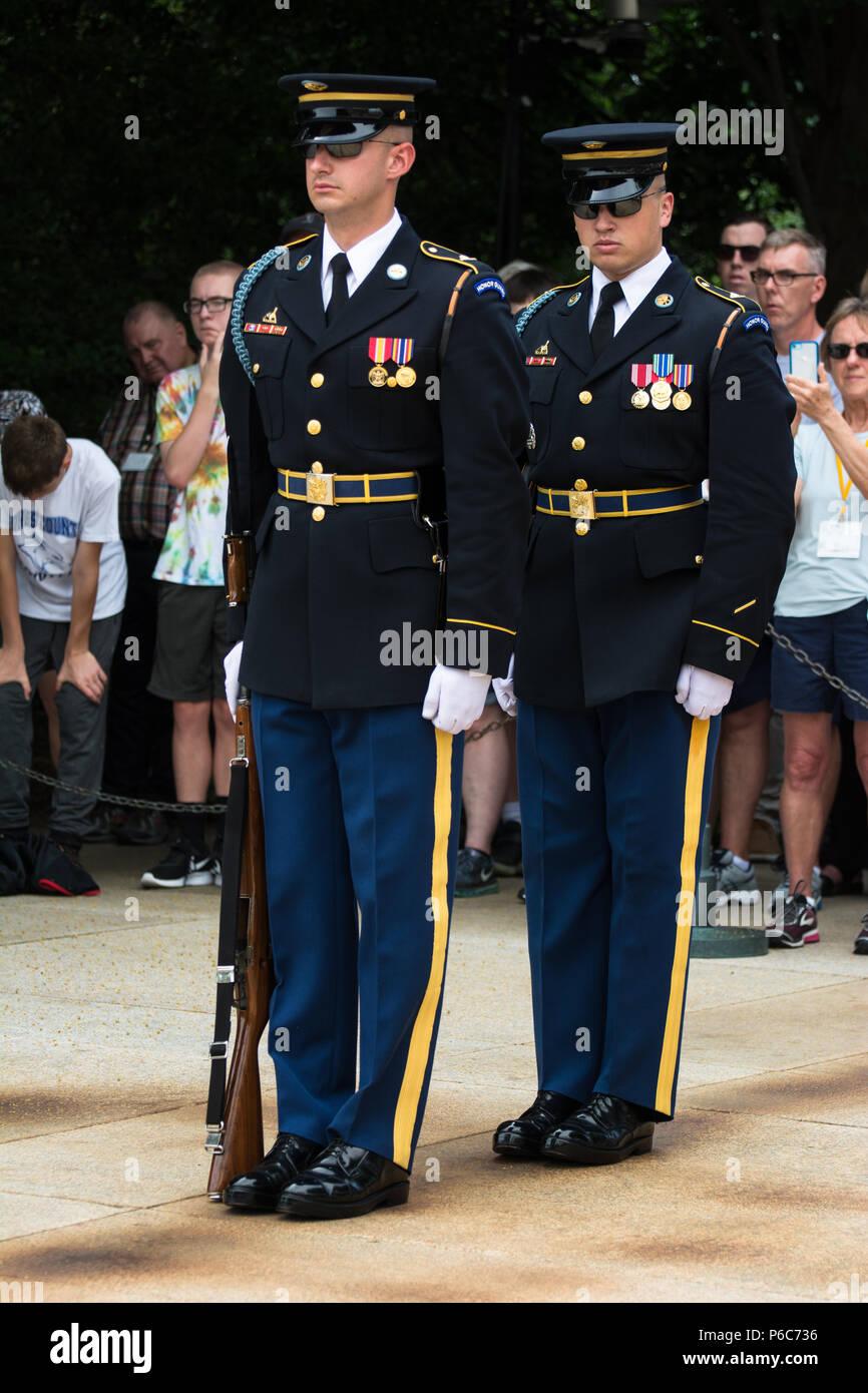 Ceremonia de cambio de guardia en el Cementerio Nacional de Arlington, la Tumba del Soldado Desconocido, Virginia, EE.UU. Foto de stock