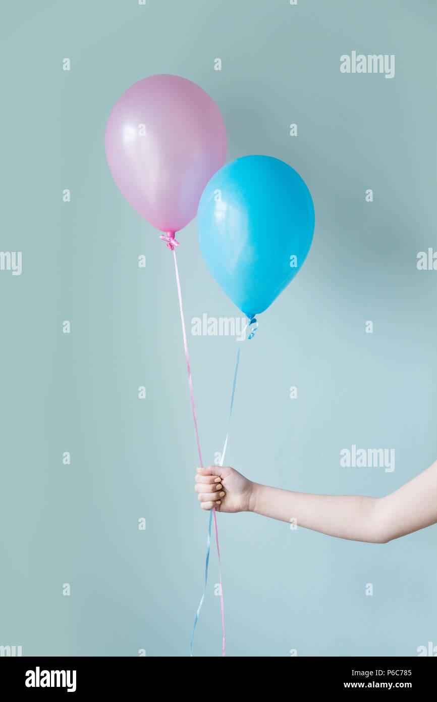 Dos globos de helio contra un fondo de color Imagen De Stock
