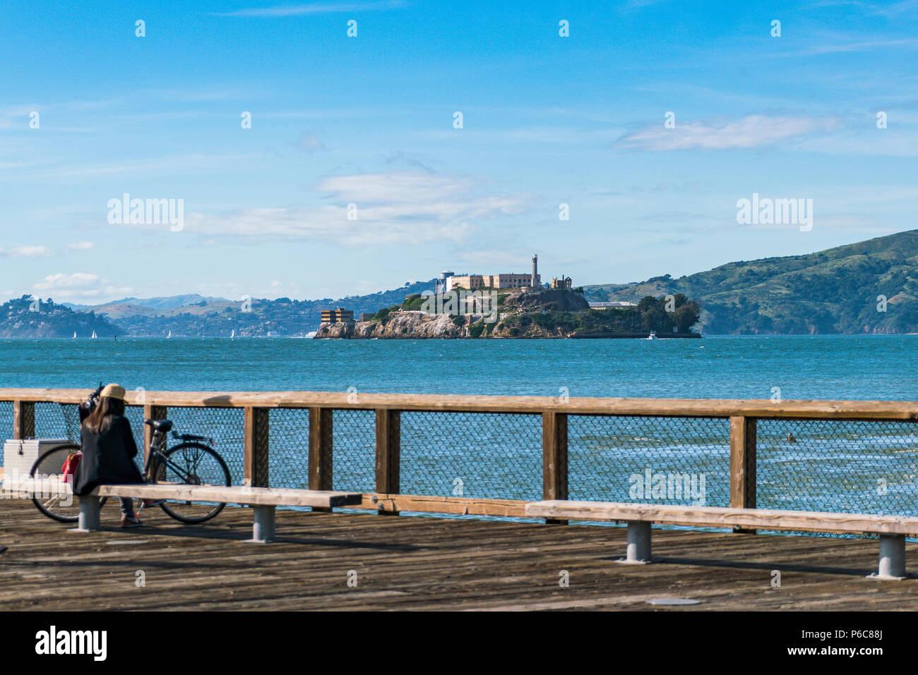 Alcatraz,san francisco,Estados Unidos.2016.04.20: La isla de Alcatraz en día soleado, en la temporada de verano. Foto de stock