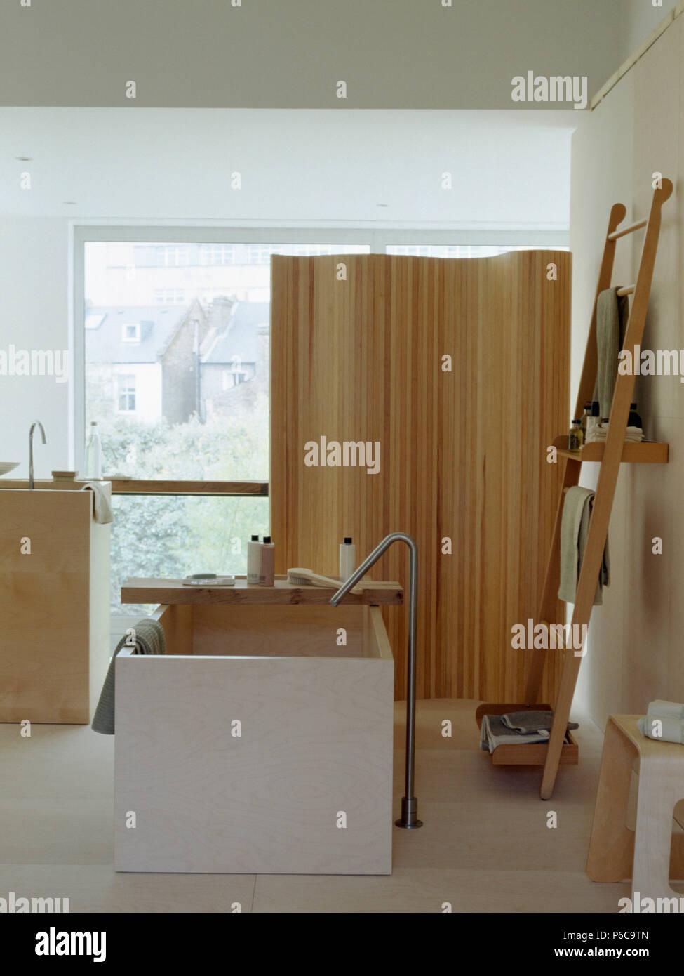 Toque cromado independiente y bañera central rectangular en el ...