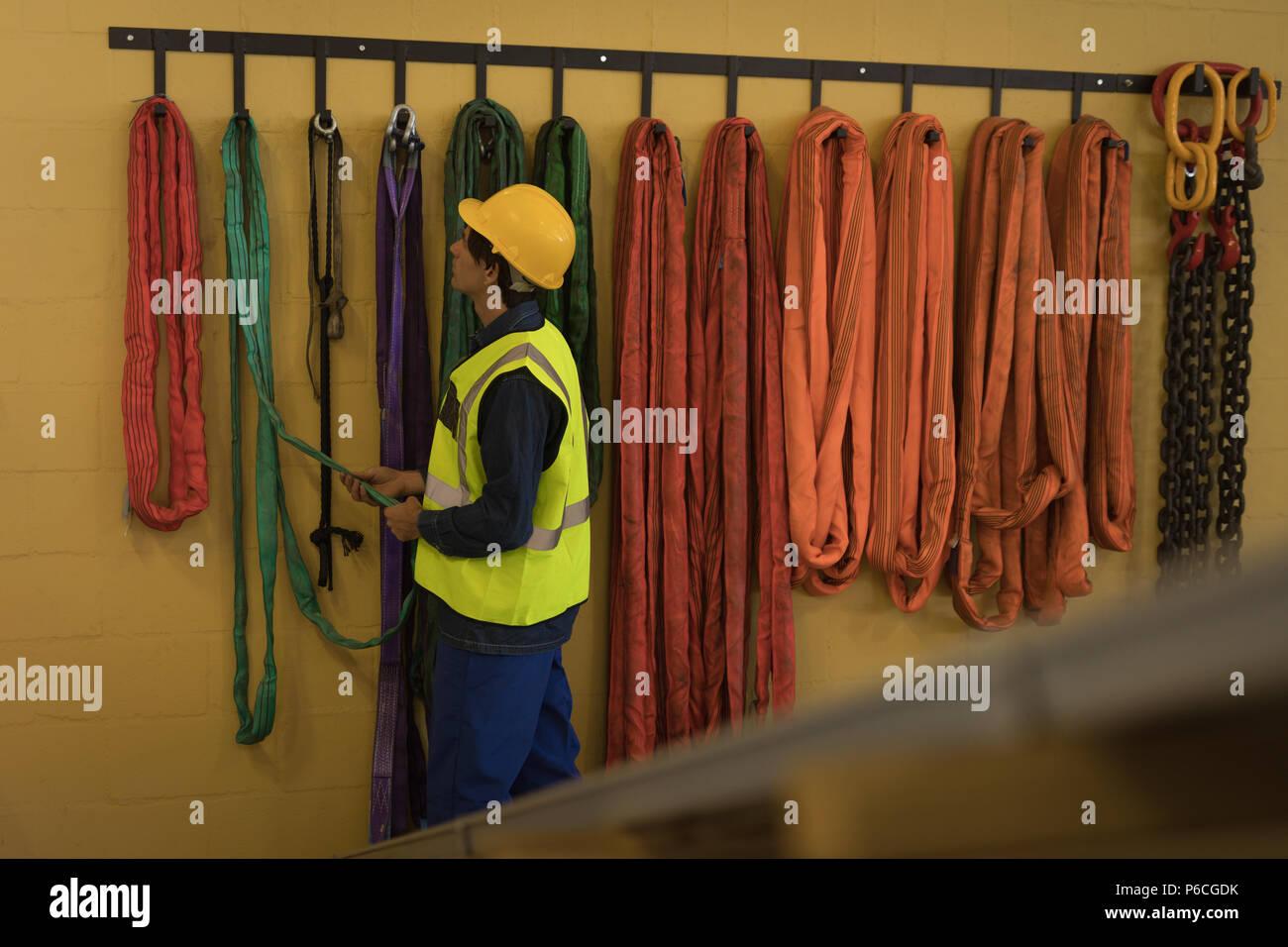 Trabajador masculino trabajando en la estación de energía solar Foto de stock