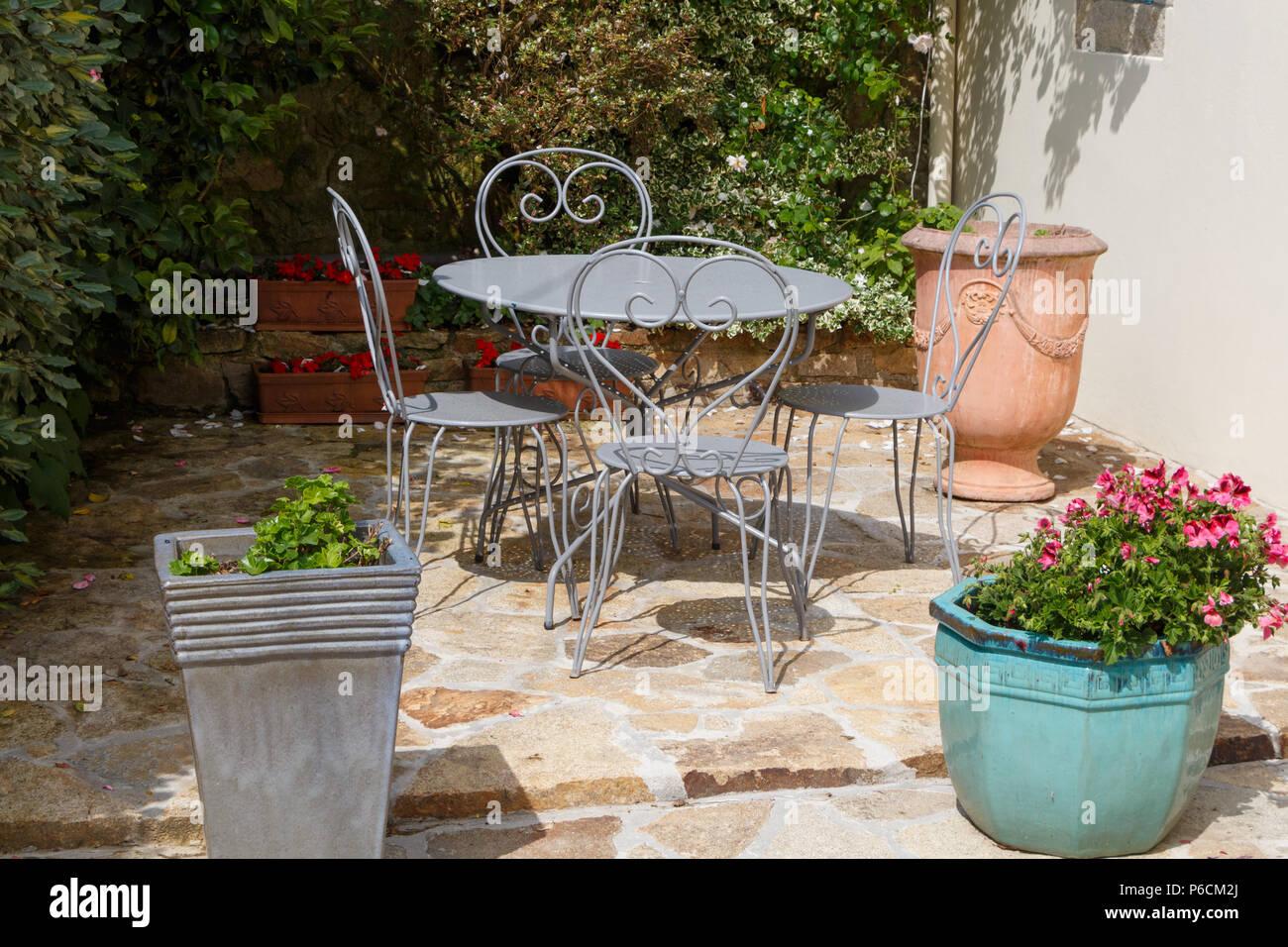 Terraza Llena De Flores Con Gris Muebles De Jardín