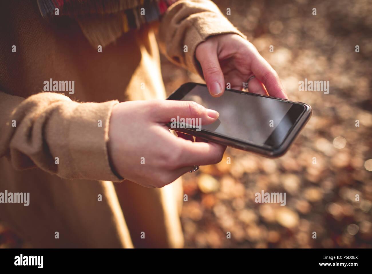 La sección central de la mujer a través de teléfono móvil Foto de stock