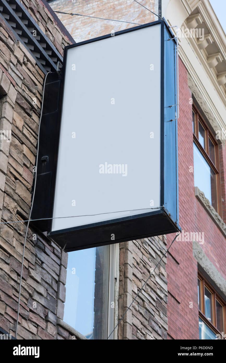 Ángulo bajo el tablero de anuncios en blanco cerca de la calle Foto de stock