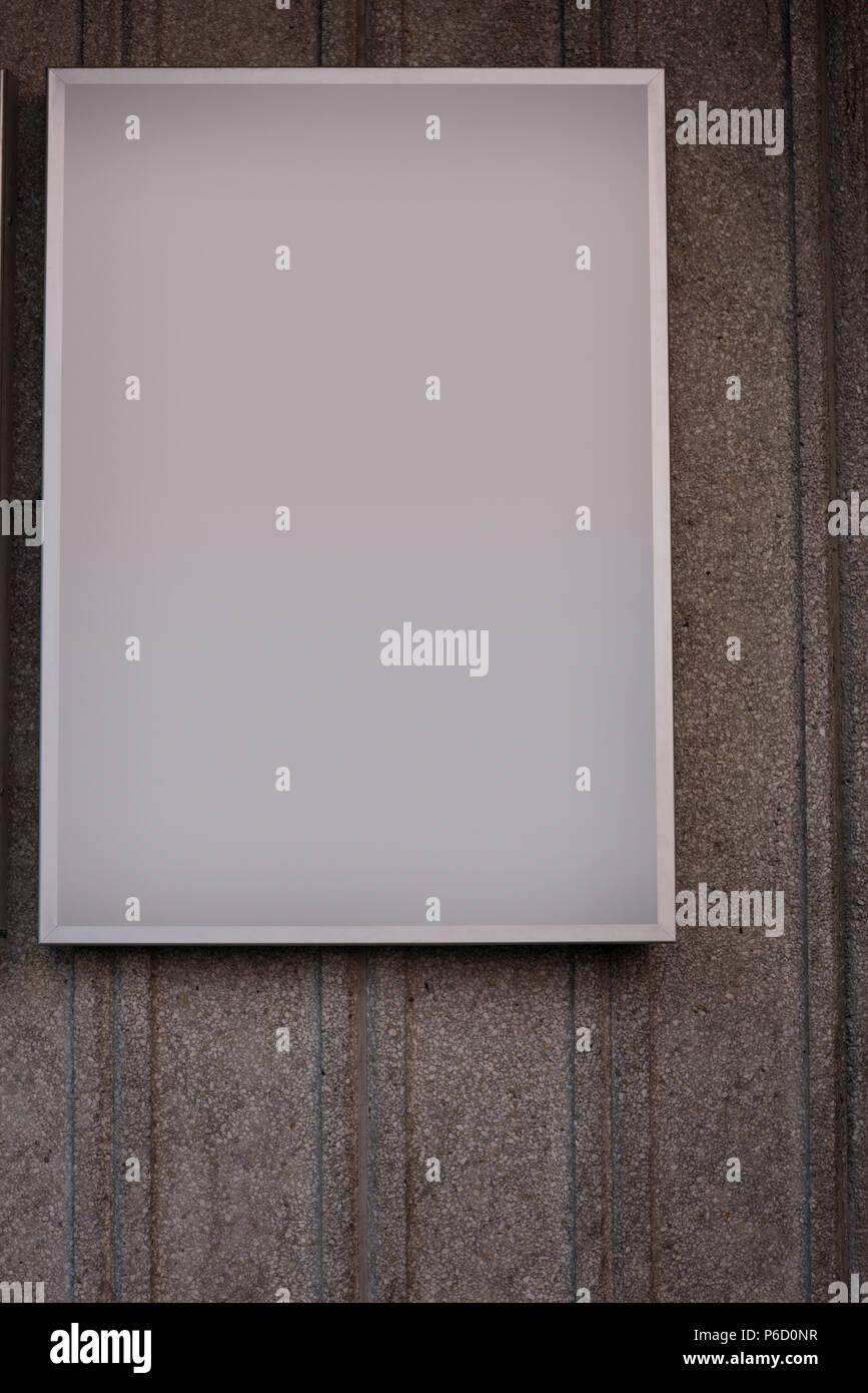 Tablero de anuncios en blanco sobre fondo de hormigón Foto de stock