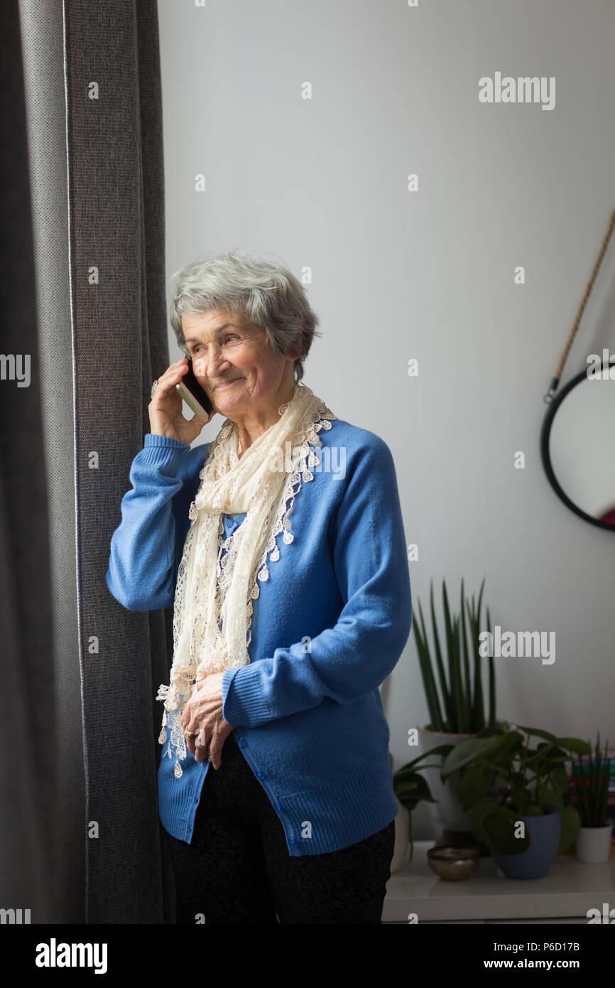 Senior mujer hablando por teléfono móvil Foto de stock