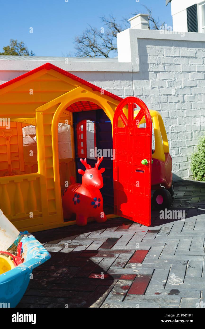 Casa de juguete en un día soleado Foto de stock