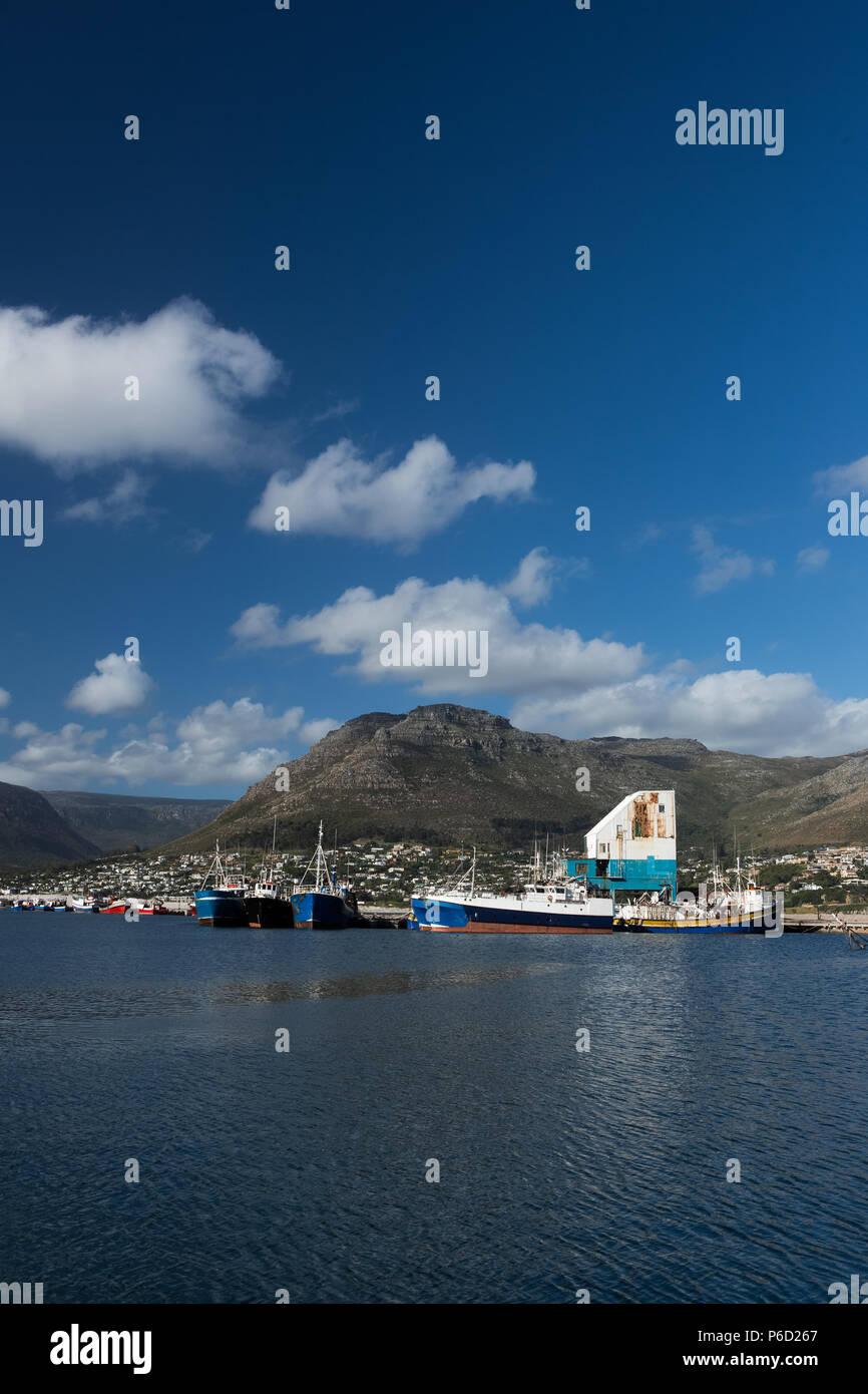 Barcos amarrados en el puerto Foto de stock