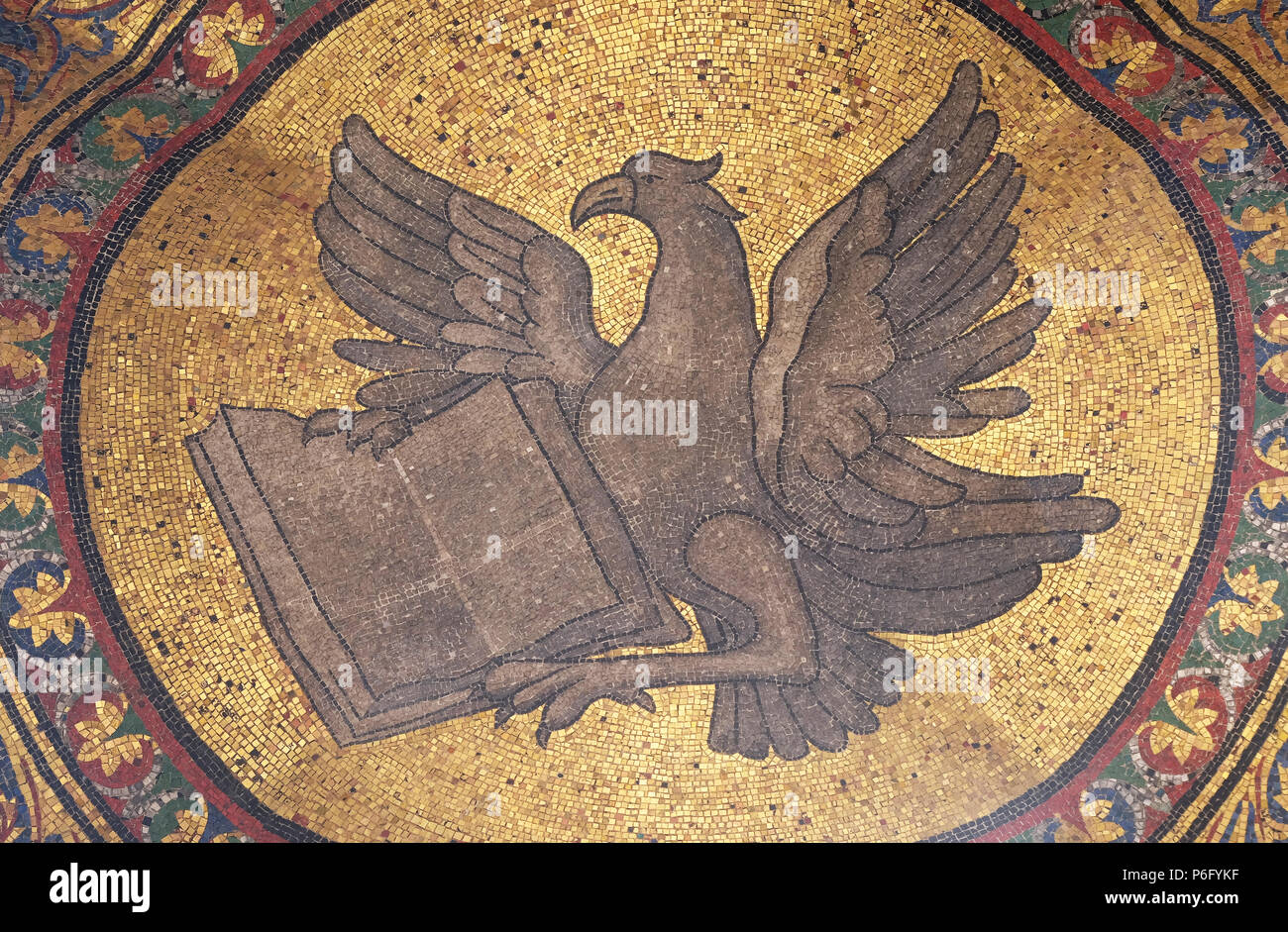 Símbolo de San Juan Evangelista, el mosaico de la fachada de la Basílica de San Marcos, la Plaza de San Marcos, en Venecia, Italia Foto de stock