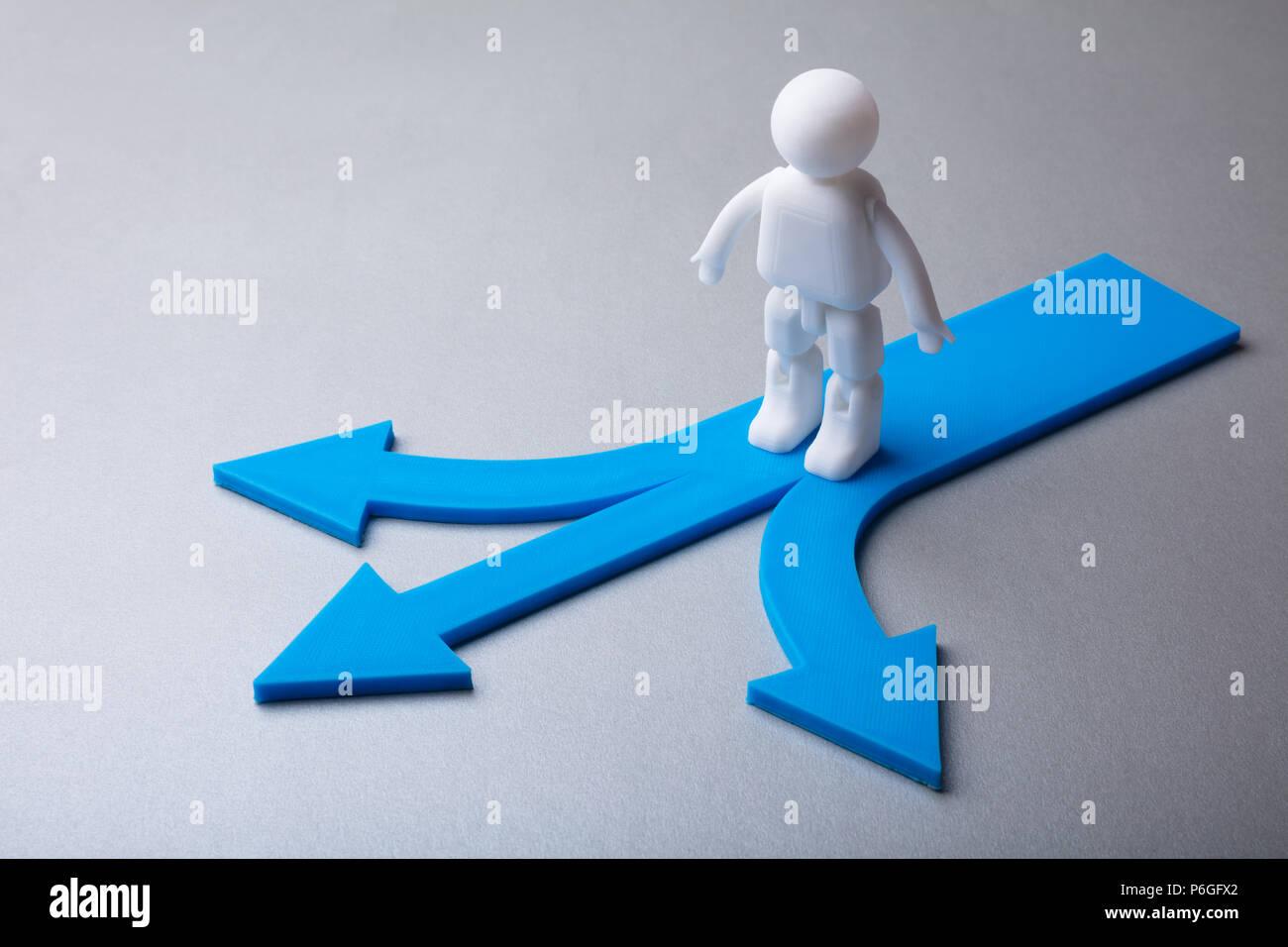 Figura humana de pie sobre la flecha azul que muestran diversas señales de dirección Imagen De Stock