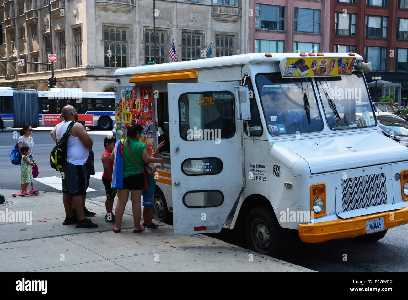Una familia compra helados desde un camión vintage junto al Parque del Milenio de Chicago. Imagen De Stock