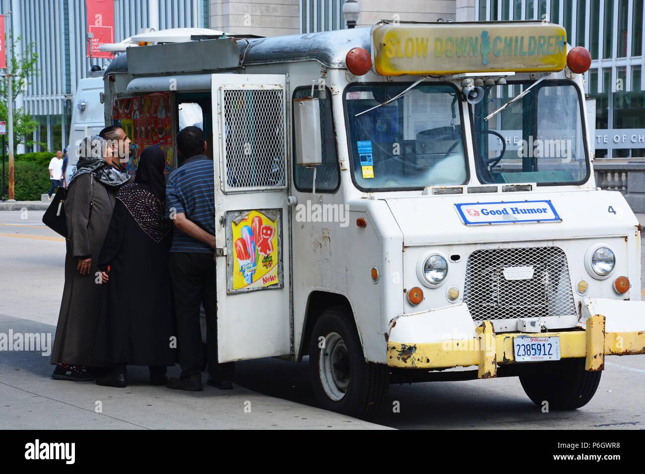Una familia compra helados de buen humor vintage carretilla junto al Parque del Milenio de Chicago. Imagen De Stock
