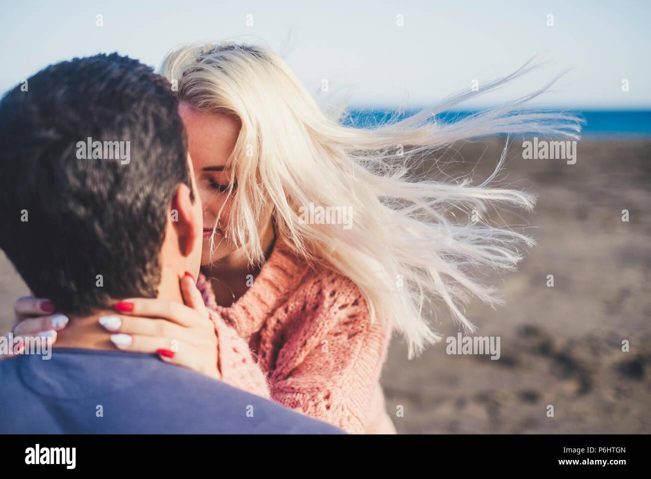 Pareja romántica en el amor abrazos y besos con los ojos cerrados y lleno de emoción. Hermoso par de ternura juntos actividad de ocio al aire libre en Imagen De Stock