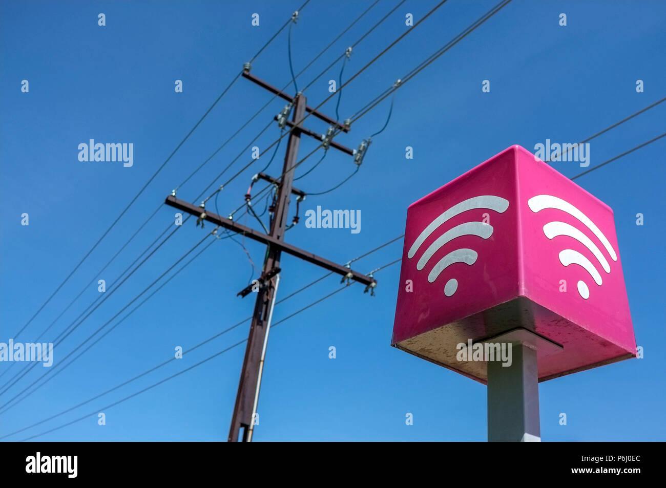 Las líneas de teléfono y conexión de internet Wi-Fi signo contra un cielo azul. Imagen De Stock