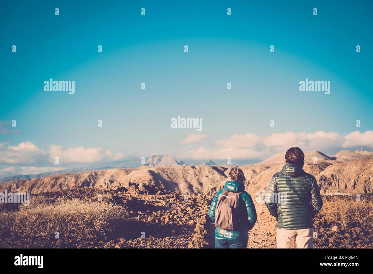 Altos madre e hijo de 45 años, pasar tiempo juntos caminando sobre una ruta aislada haciendo alguna actividad de senderismo en las montañas durante el verano en una sun Imagen De Stock
