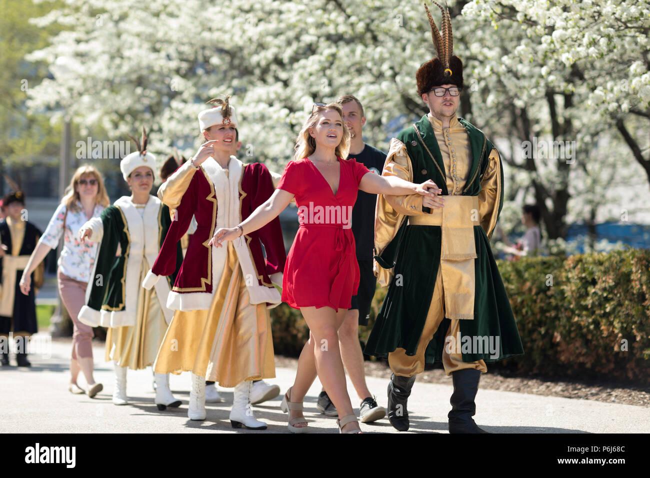 Chicago, Illinois, EE.UU. - 05 de mayo de 2018, los Miembros de Polonia, el canto y la danza folklórica polaca ensemble, vistiendo ropas tradicionales, realizar traditiona polaco Imagen De Stock