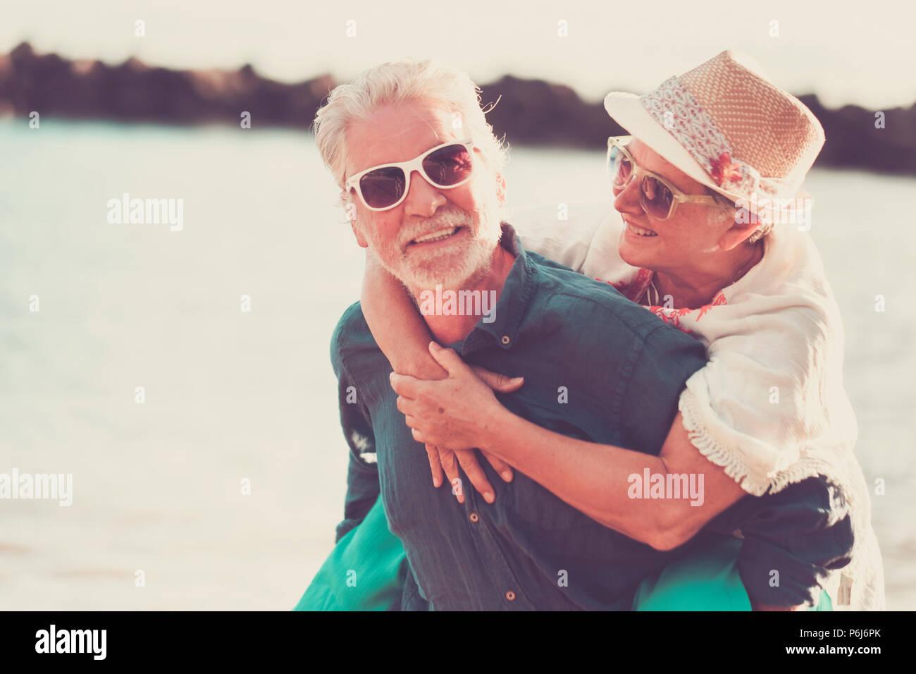 Felicidad par Pueblo Caucasiano disfrutar de la sonrisa y la actividad de ocio al aire libre durante las vacaciones de verano. Amor para siempre juntos y laughi para un macho Foto de stock