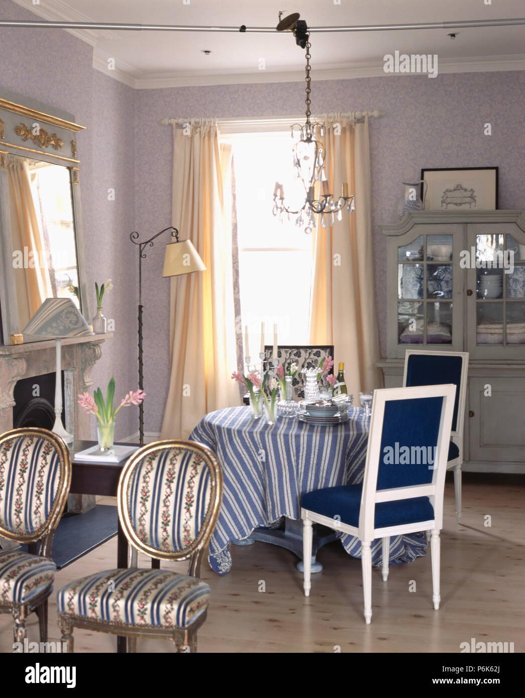 Sillas tapizadas de estilo francés en el comedor con sillas ...