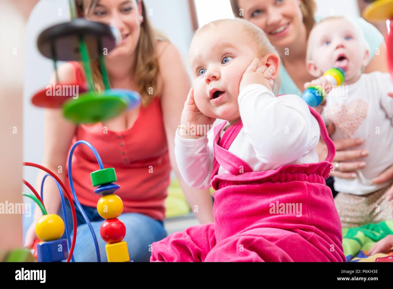 Cute baby girl mostrando progreso y curiosidad Imagen De Stock