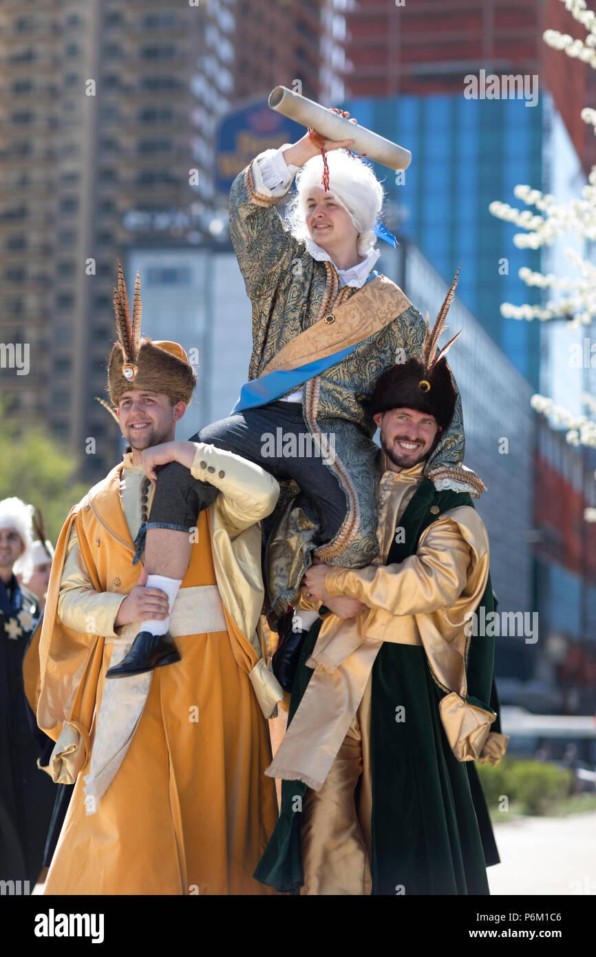 Chicago, Illinois, EE.UU. - 05 de mayo de 2018, los Miembros de Polonia, el canto y la danza folklórica polaca ensemble, vistiendo ropas tradicionales, realizar traditiona polaco Foto de stock