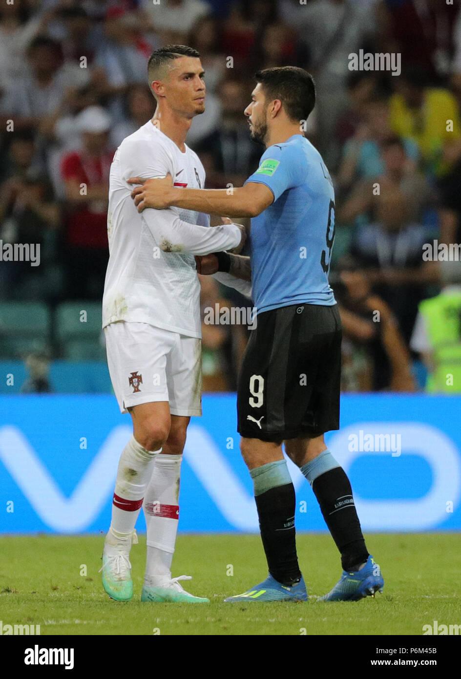 ¿Cuánto mide Edinson Cavani? - Real height Sochi-rusia-30-de-junio-de-2018-futbol-la-copa-mundial-de-la-fifa-de-16-anos-la-ronda-uruguay-vs-portugal-en-el-sochi-stadium-uruguay-luis-suarez-r-y-el-portugues-cristiano-ronaldo-l-credito-christian-charisiusdpaalamy-live-news-p6m45b