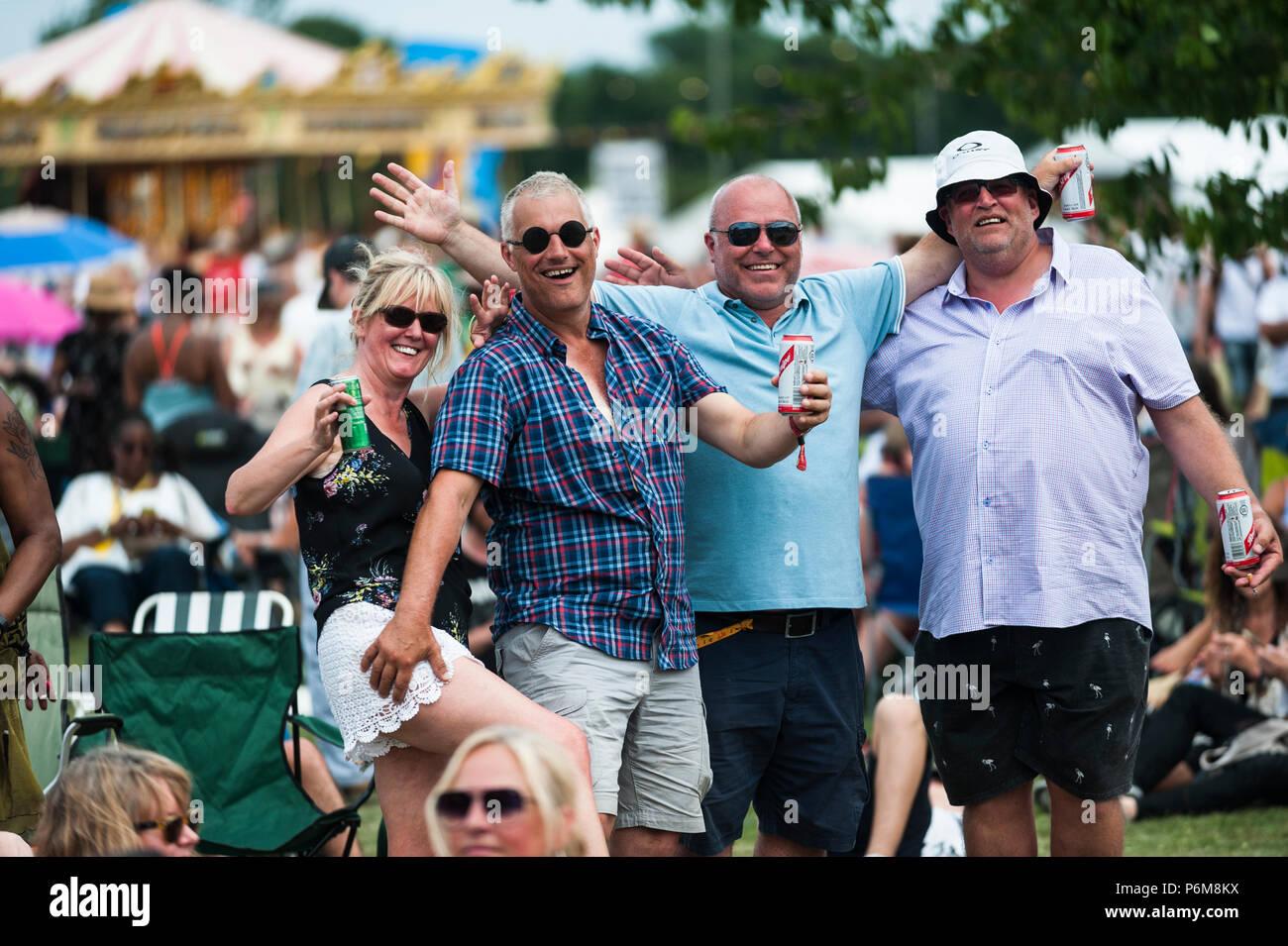 Glynde, East Sussex, el 1 de julio de 2018. Los asistentes al festival disfrutan de otro abrasador día caluroso y húmedo en Glynde Place, en el pintoresco paisaje de los South Downs, para el último día del amor supremo por sexto año consecutivo del festival. Crédito: Francesca Moore/Alamy vivir Newscolo Imagen De Stock