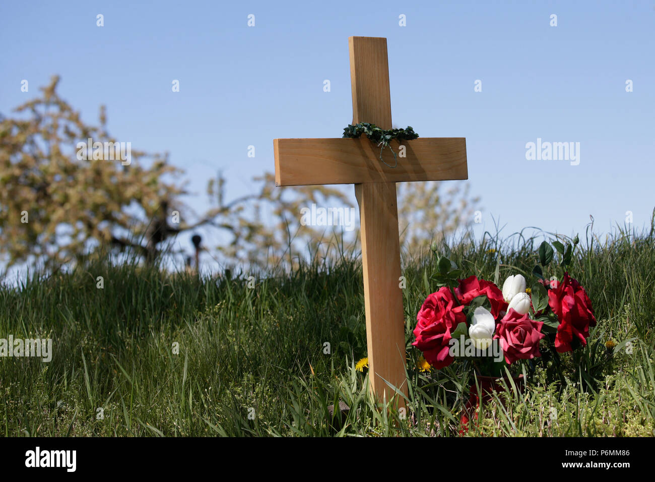 Graditz, Alemania - Cruz conmemorativa para una víctima de tráfico en la carretera Imagen De Stock