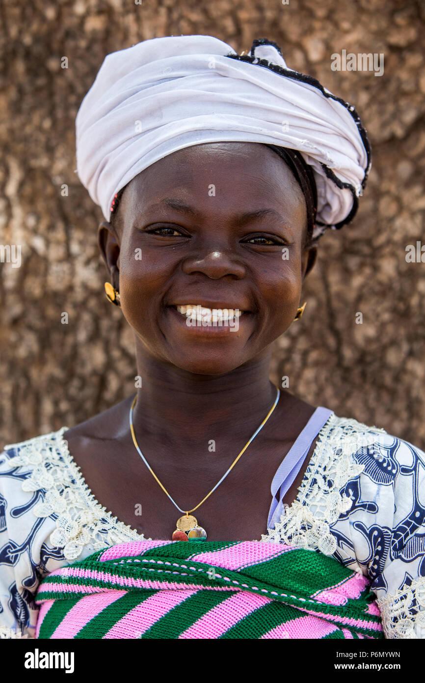 Miembro de una cooperativa de microfinanciamiento de mujeres en el norte de Togo. Foto de stock