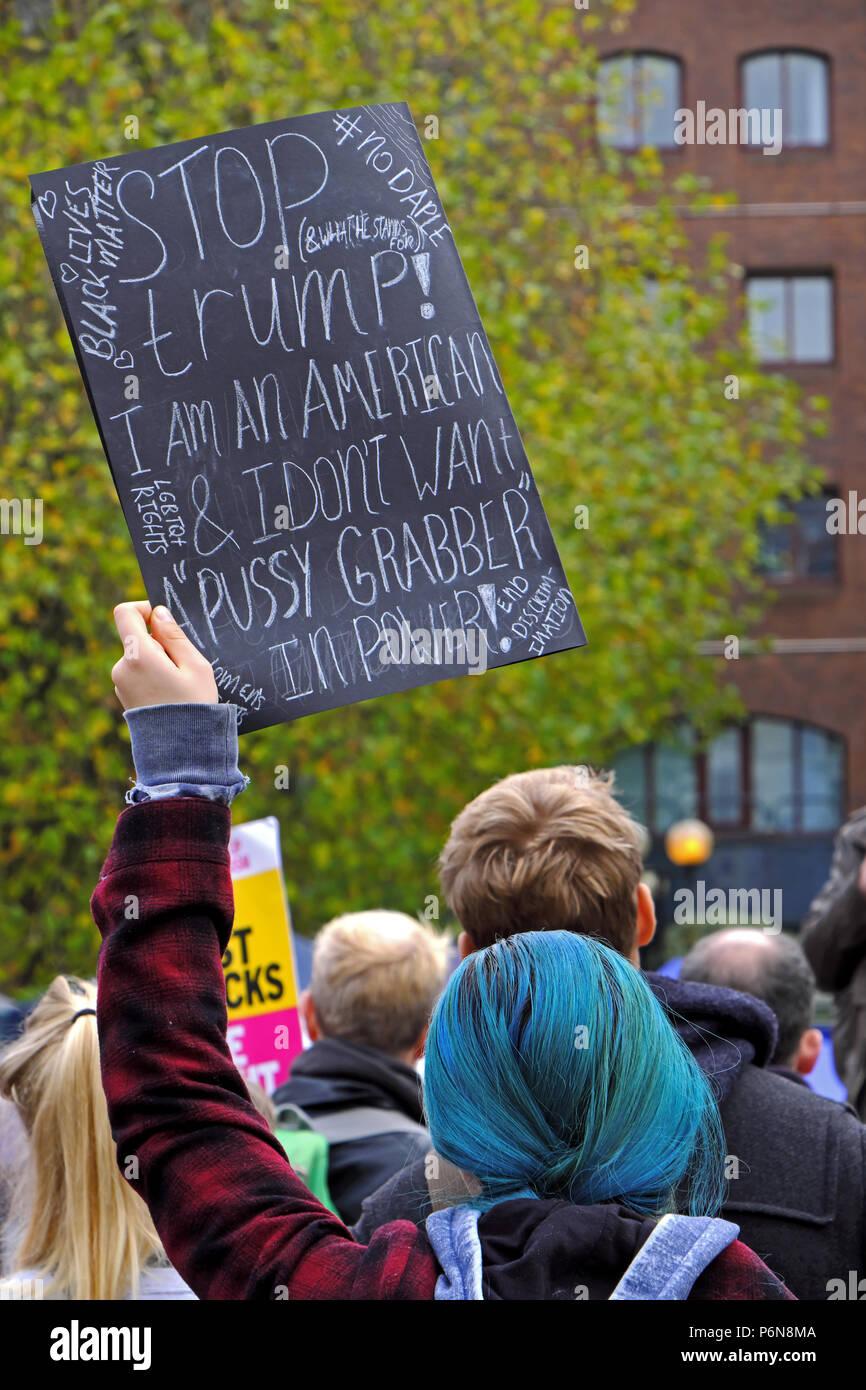 Una mujer sostiene una pancarta a flote en una manifestación contra la elección de Donald Trump como presidente de EEUU en Bristol, Reino Unido el 12 de noviembre de 2016 Foto de stock