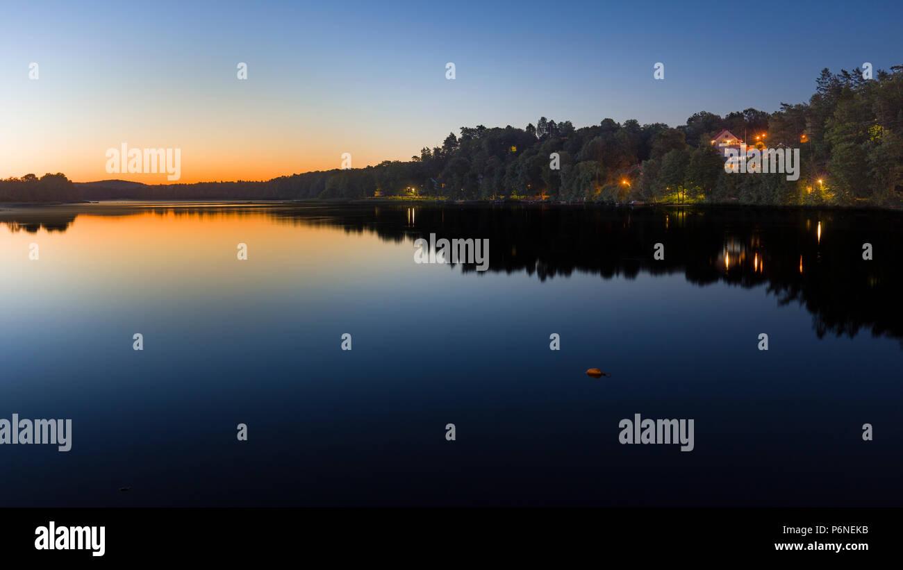 La exposición a largo hermoso amanecer pre Viva Sunrise por un lago tranquilo. Lago, Floda Sävelången, Suecia Foto de stock
