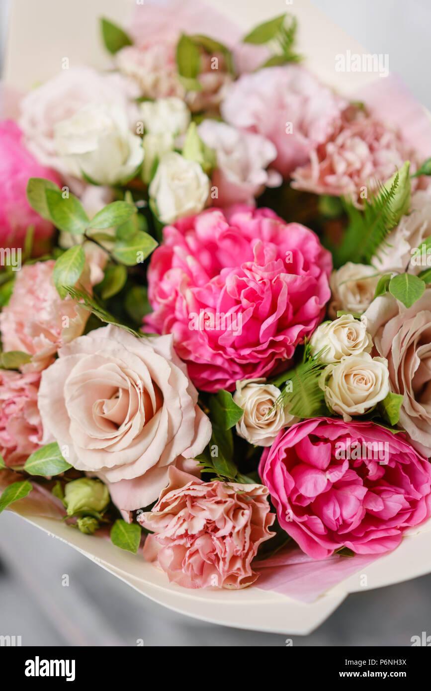 Bouquet De Verano Hermosa Arreglo Floral Con Las Peonías