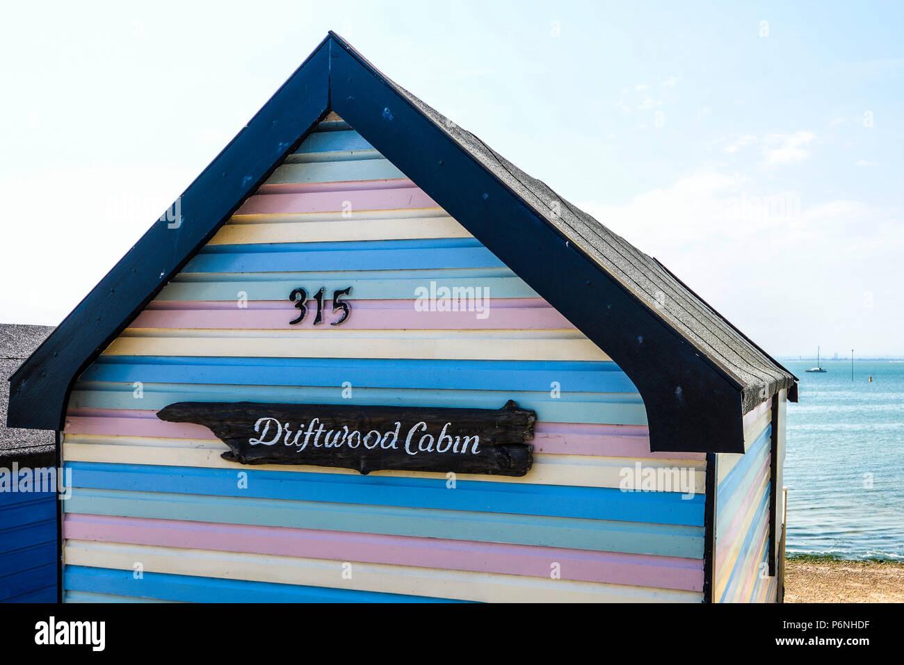 Driftwood Cabaña. Colorido multicolores stripey cabaña en la playa en la Bahía de Thorpe, Southend on Sea, Essex, Reino Unido. Cabaña de madera pintada. Colores pastel. 315 Imagen De Stock