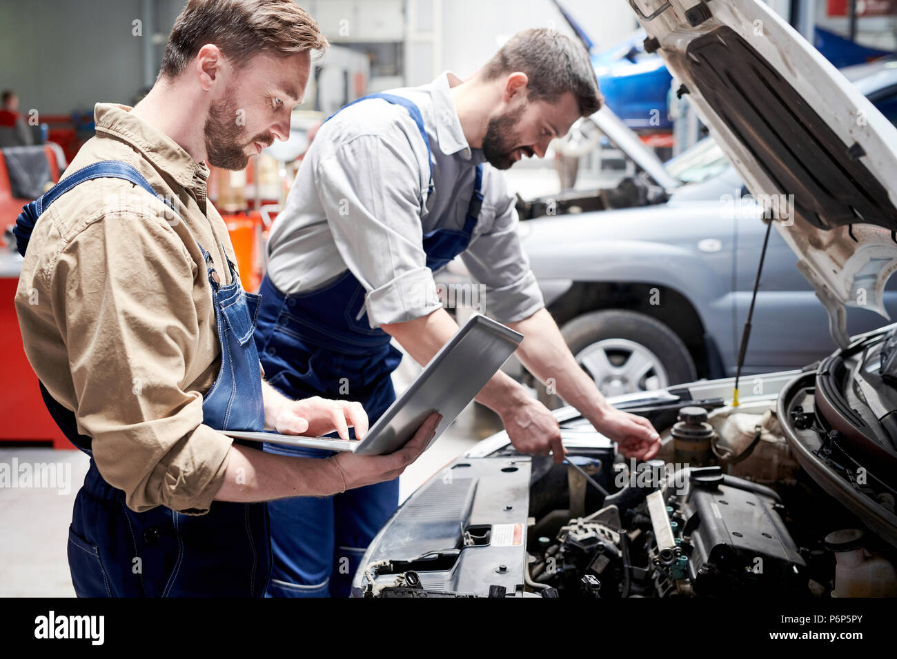 Mecánica trabajan en un servicio de coche Imagen De Stock