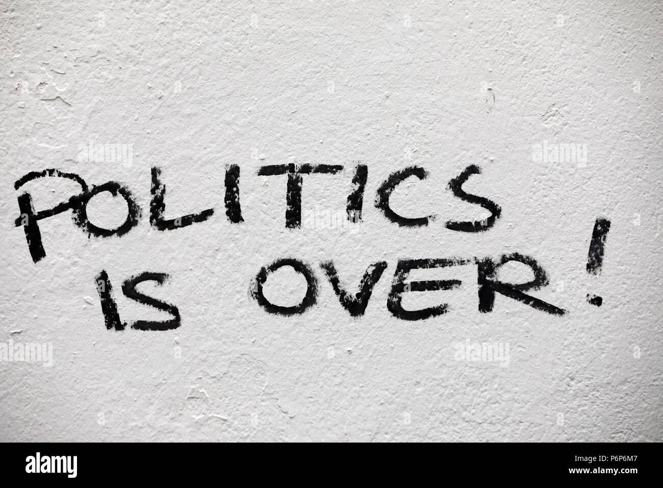 Graffiti en una pared. La política es más ! Basilea. Suiza. Imagen De Stock