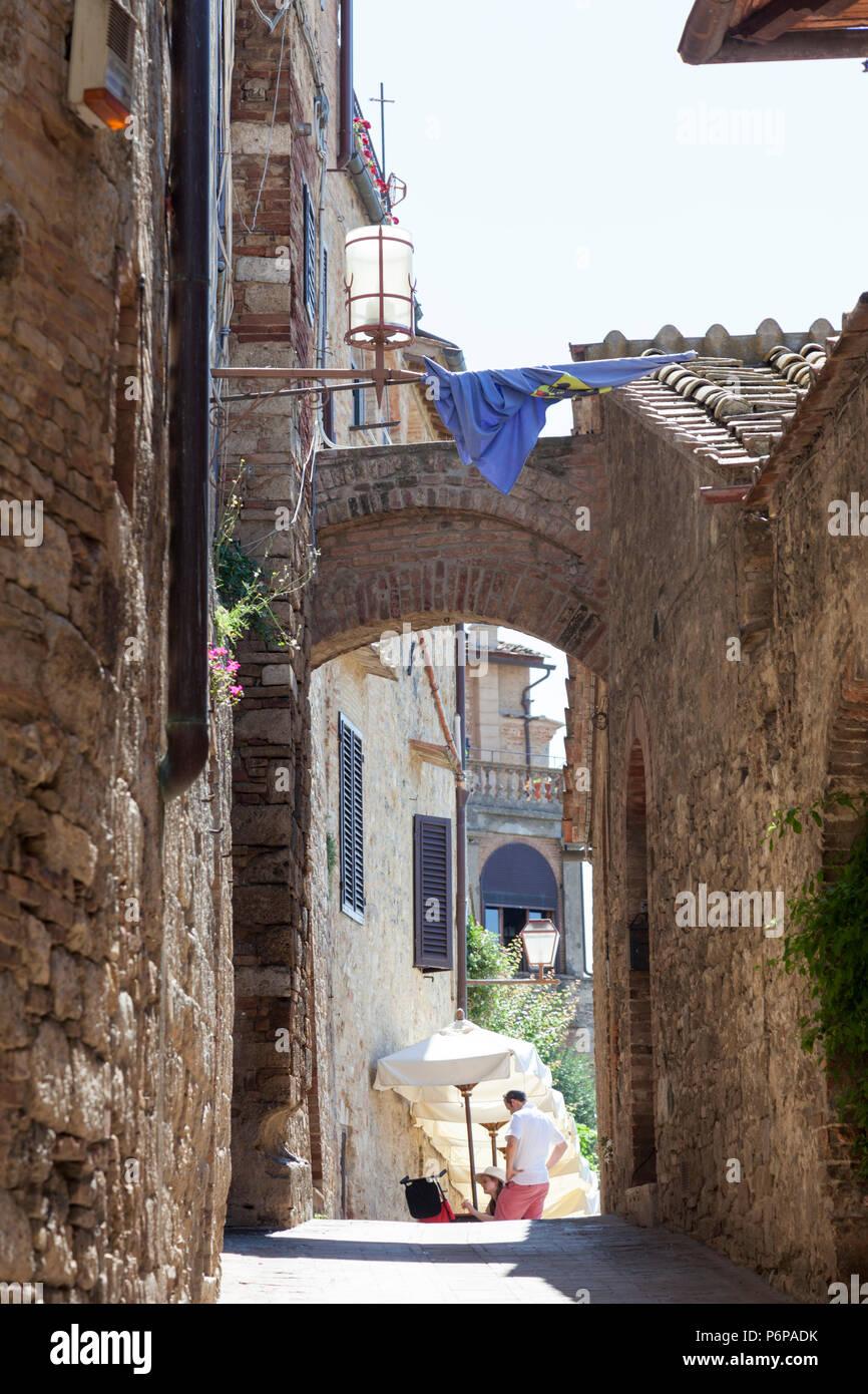 Uno de los caminos adyacentes de la calle principal de San Gimignano (Toscana, Italia). Onu des pasajes adjacents à la rue principale de San Gimignano (Toscane Imagen De Stock