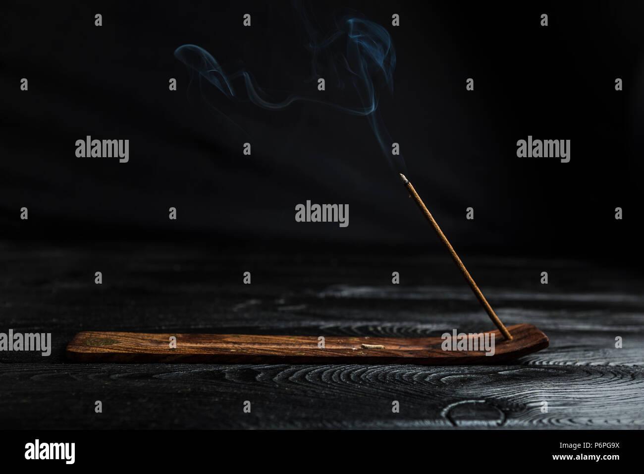 Aromático palo ardiendo y emite mucho humo. Foto de stock