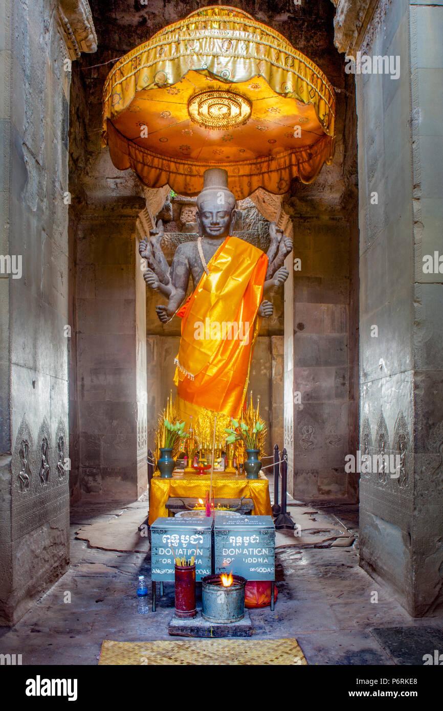 Armado de ocho estatua del dios hindú Shiva dentro de Angkor Wat, Siem Reap, Camboya. Imagen De Stock