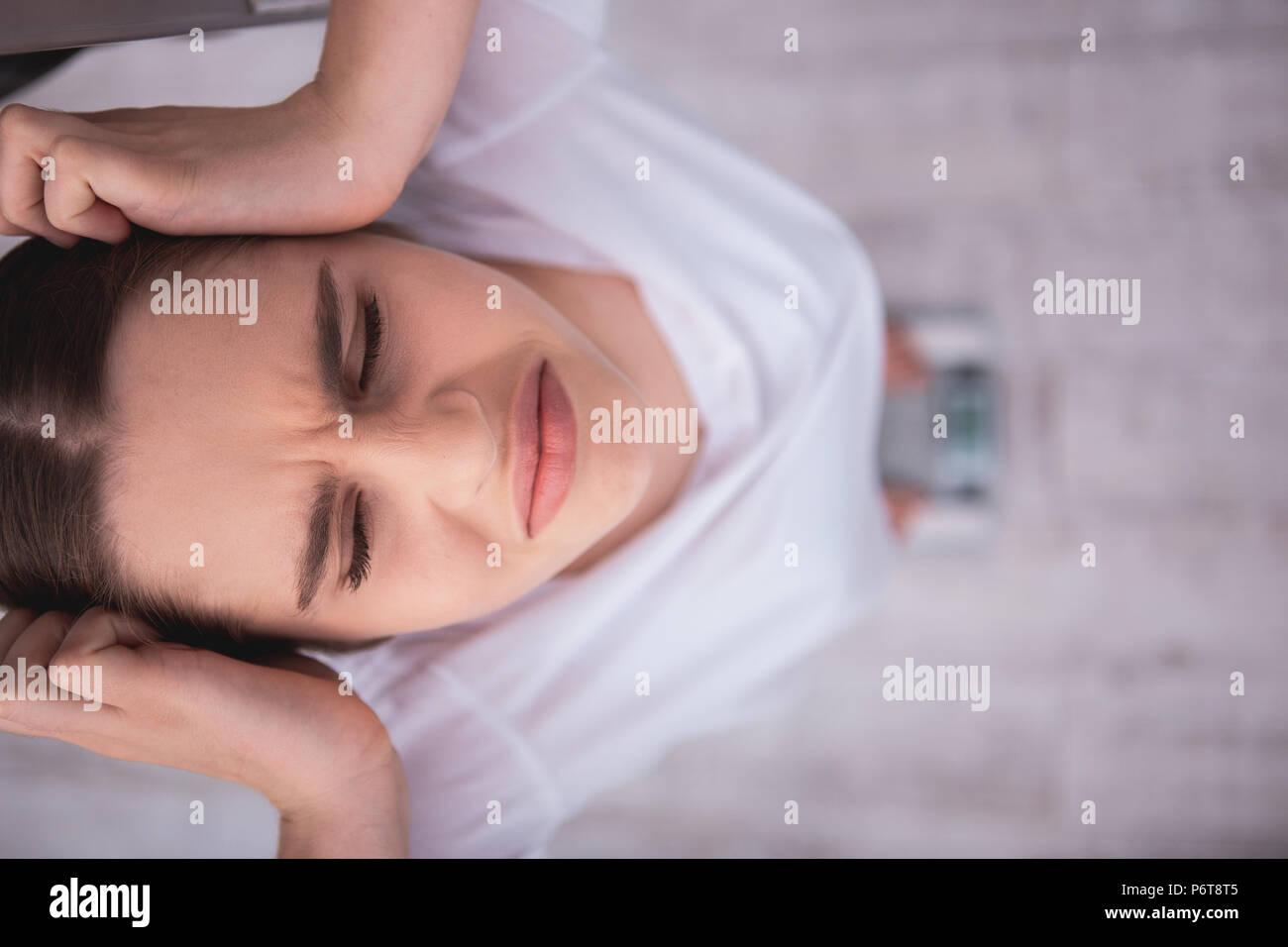 Disgustado jovencita decepcionante con peso Imagen De Stock
