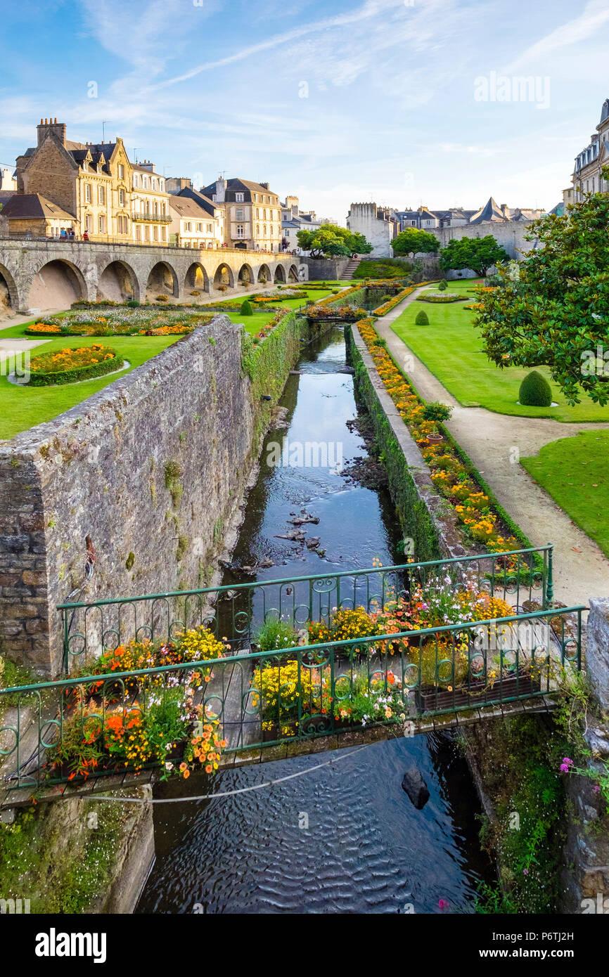 Francia, Bretaña (Bretagne), departamento de Morbihan, Vannes. El río corre a través de Marle los Jardins des Remparts jardines frente a Château de l'Hermine. Imagen De Stock