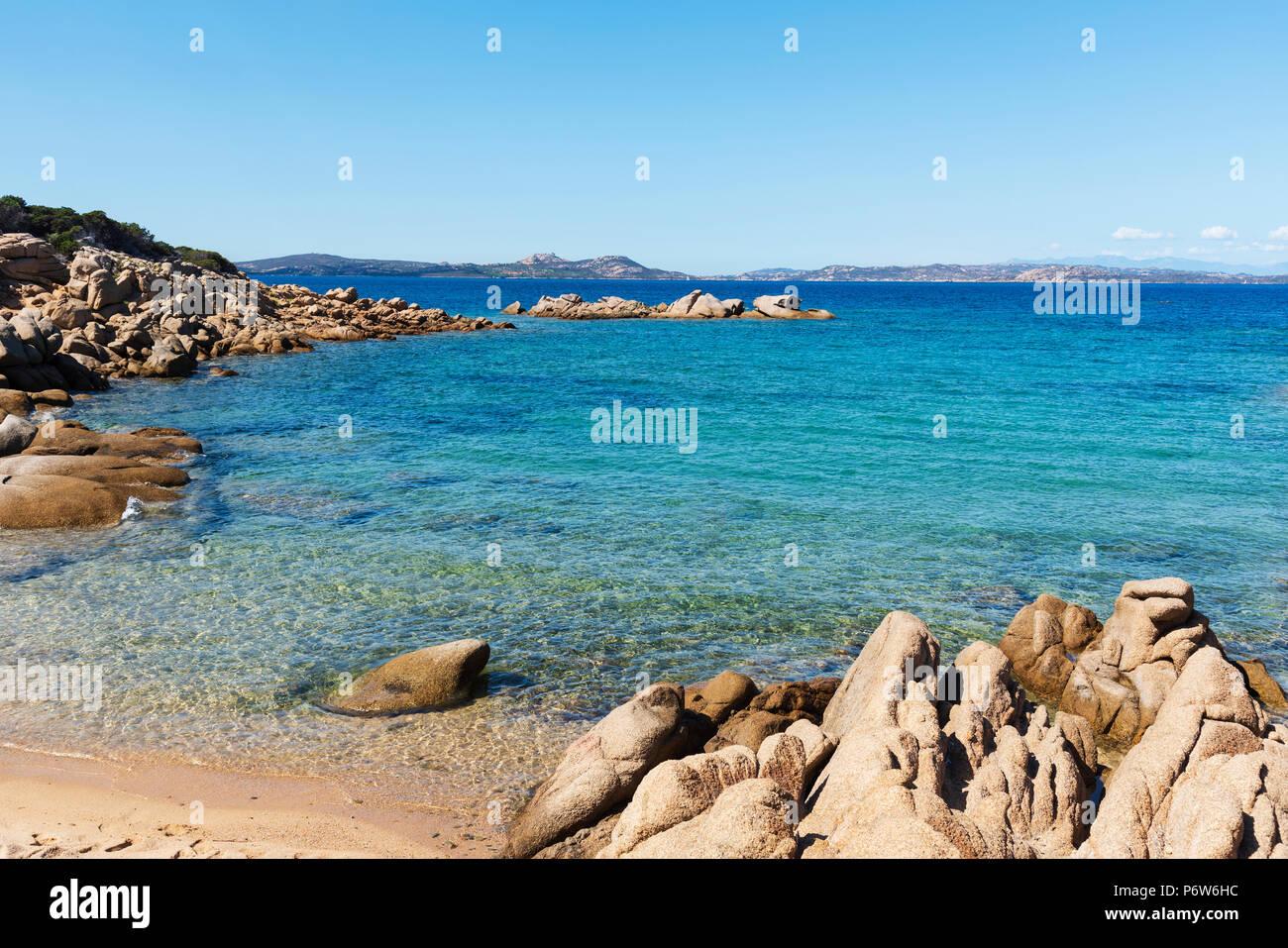Una vista de las Formaciones rocosas peculiares en Cala Ginepro beach, en la famosa Costa Smeralda, Cerdeña, Italia Imagen De Stock